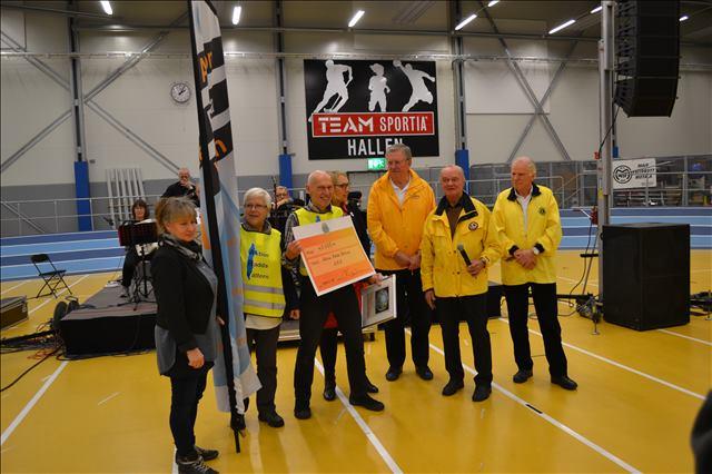 Till höger om representanterna från ARV är tre representanter från Lions Club, från höger: vice distriktsordförande, Per Krantz, Lions miljöansvarige, Rolf Hallberg och zonordförande västra Östergötland, Carl-Gustaf Svensson.