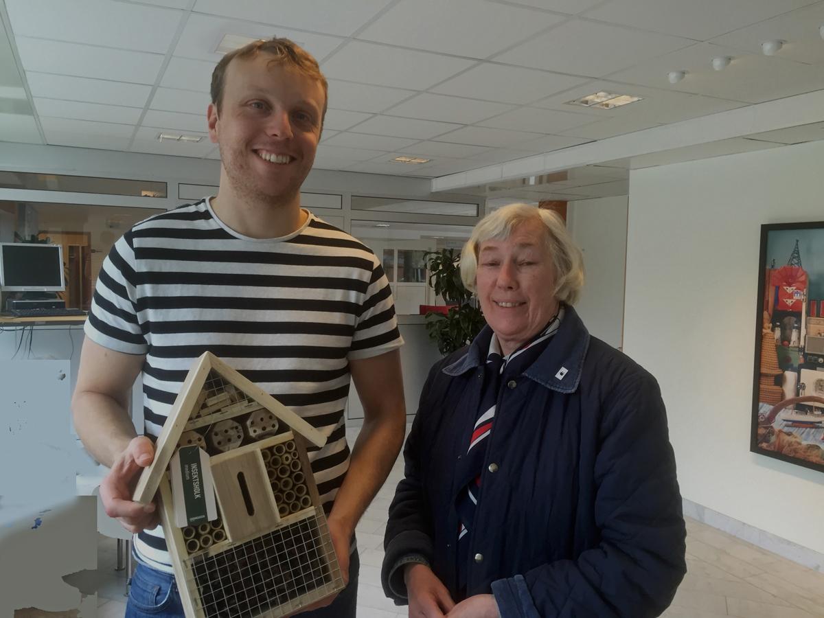 Inger Lundqvist överlämnade Naturskyddsföreningens gåva till Henrik, ett litet mysigt insektshotell, att ha på balkong eller trädgård.
