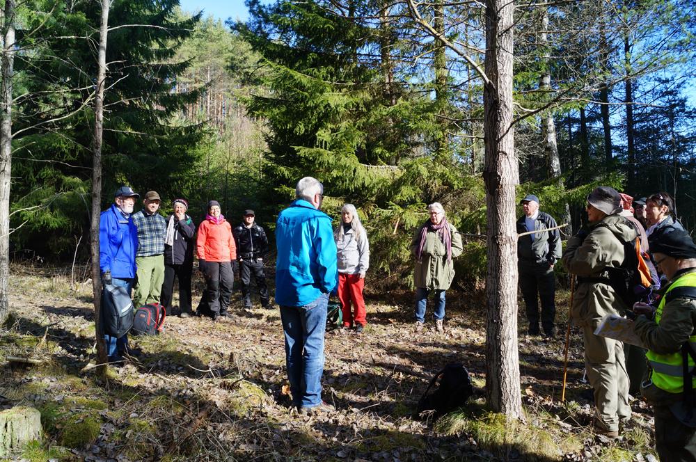 Per-Gunnar Igelström berättar för deltagarna om istiden och Djurkällaplatån